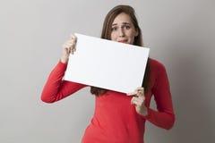 Mädchen 20s, das am Senden von schlechten Nachrichten oder erschrocken an erhaltenen stressigen Informationen über leere Fahne ne Lizenzfreie Stockfotos