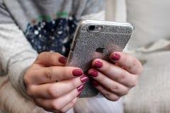 Mädchen ` s Hände, die IPhone halten Stockfotos