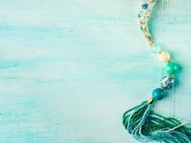 Mädchen ` s Halskette auf Türkis Stockfotografie