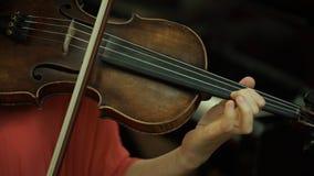 Mädchen ` s Hand auf den Schnüren einer Violine Mädchen ` s Hand auf der Fingerboardvioline lizenzfreie stockfotos
