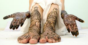 Mädchen ` s Show Mehandi-Design in der Hochzeit stockfoto