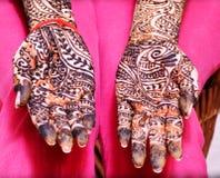 Mädchen ` s Show Mehandi-Design in der Hochzeit stockbilder