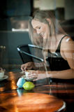 Mädchen saß im Fenster eines trinkenden Kaffees der Kaffeestube Stockbild