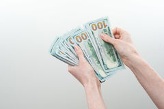Mädchen sagte 10000 Dollar in der Hand Lizenzfreie Stockfotos