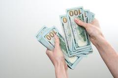 Mädchen sagte 10000 Dollar in der Hand Stockfotos
