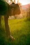 Mädchen-Sammeln-Löwenzahn Stockbild