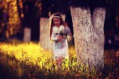 Mädchen sammelt Blumen Stockbild
