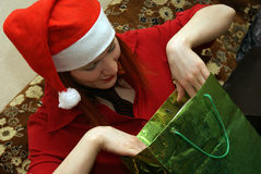 Mädchen schaut Geschenk stockfotos