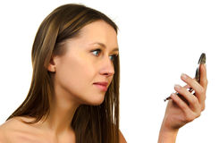 Mädchen schaut im Spiegel Stockbilder
