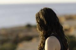 Mädchen schaut zum Meer lizenzfreies stockbild