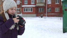 Mädchen schießt einen laufenden Hund stock video
