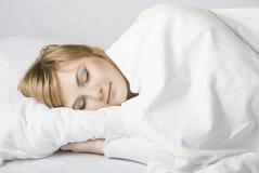 Mädchen schläft im Bett Stockfotos