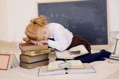 Mädchen schlafend auf Büchern Lizenzfreies Stockbild