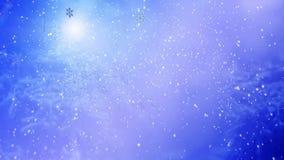 Mädchen in Schlagfliegenschneeflocke des Weihnachtshutes auf blauem Schneehintergrund stock footage