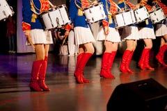 Mädchen, Schlagzeuger in Form eines Husars Stockfotos