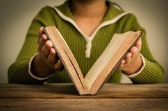 Mädchen schließen den Bücher Weinlesehintergrund Stockfotografie