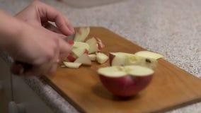 Mädchen schneidet Apfel in Stückchen stock footage