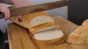 Mädchen schneidet Brot auf der Küche stock footage