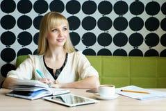 Mädchen schreibt Text auf Papierblätter Lizenzfreies Stockfoto