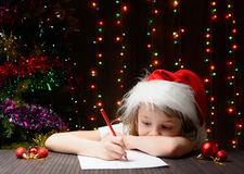 Mädchen schrieb Santa Claus im roten Bleistift einen Brief Stockfotografie