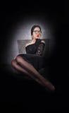 Mädchen, Schwarzkleiderlanges Haar und lange Beine in den Strumpfhosen Lizenzfreie Stockfotografie