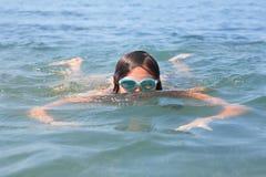 Mädchen-Schwimmen Lizenzfreies Stockbild