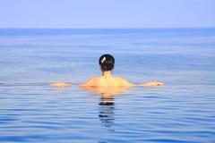 Mädchen-Schwimmen in einem Pool Lizenzfreie Stockfotografie