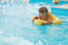 Mädchen schwimmt in einem Pool mit einem Kreis Lizenzfreies Stockbild