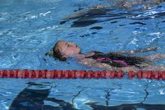 Mädchen schwimmt im Swimmingpool Stockfotos