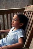Mädchen in Schwingstuhl Stockfoto