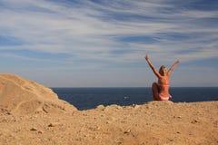 Mädchen-Seehimmel Sand Lizenzfreie Stockfotografie