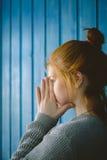Mädchen setzte ihre Hände auf seine Nase Lizenzfreies Stockfoto