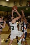 Mädchen 'sHigh Schulbasketballspiel stockfoto