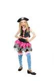 Mädchen sieben Jahre alt, einen Piratenkostümkarneval tragend Lizenzfreie Stockbilder