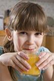Mädchen sieben Jahre Orangensaft des alten Getränks Stockfoto