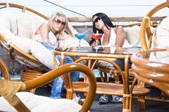 Mädchen sind im Kaffee entspannend Lizenzfreie Stockfotografie