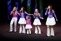 Mädchen singen am Konzert Gennady Ledyakh der Schule Lizenzfreie Stockfotografie