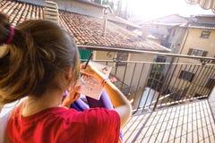 Mädchen sitzen und malen Stockfotos