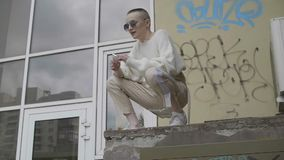 Mädchen sitzt auf dem Dach stock video footage