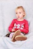 Mädchen sitzt auf dem Sofa lizenzfreie stockfotografie