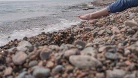 Mädchen sitzt auf dem Ufer von Baikal stock video footage