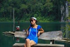 Mädchen sitzt auf den Ufern von See lizenzfreies stockfoto