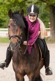 Mädchen sitzt auf ihrem Pferd Lizenzfreies Stockfoto