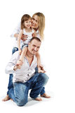 Mädchen sitzt auf Vaterschultern, Mutter unterstützt sie Lizenzfreie Stockbilder