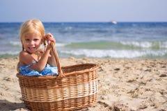 Mädchen sitzt in einem Korb lizenzfreies stockbild