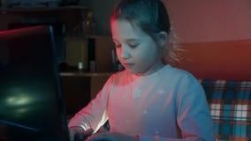 Mädchen sitzt am Laptop im Internet stock video