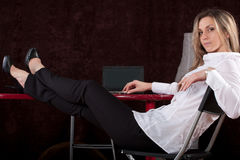 Mädchen sitzt mit bezahlt auf einer Tabelle Stockfoto