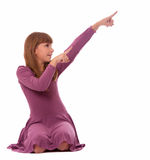 Mädchen sitzt und zeigt Hände auf der Spitzenecke Stockfotografie