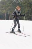 Mädchen-Skifahren Lizenzfreie Stockfotografie