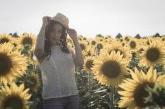 Mädchen am Sonnenblumenfeld Stockfoto